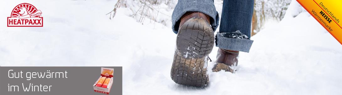 Durch Schnee gestampfe mit warmen Sohlenwärmm